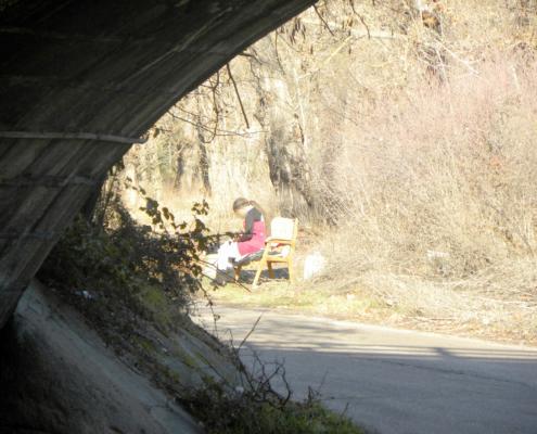 Mujer en situación de prostitución bajo el puente del río Guadarrama