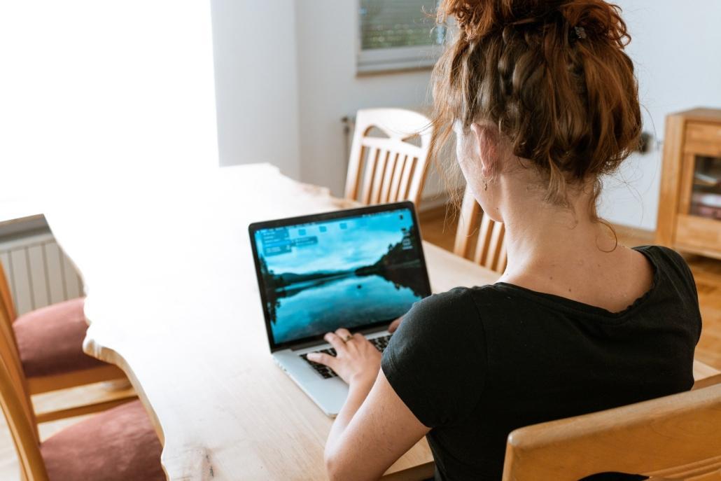 Mujer en el ordenador