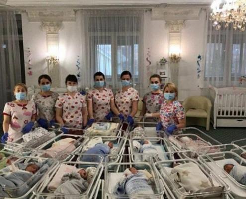 Bebés y sus cuidadoras en un hotel de Ucrania