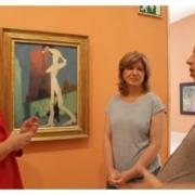 Mujeres charlan alrededor de un cuadro